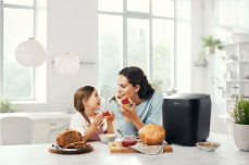Panasonic_Croustina_Bread Maker _SD-ZP2000_lifestyle_family_black