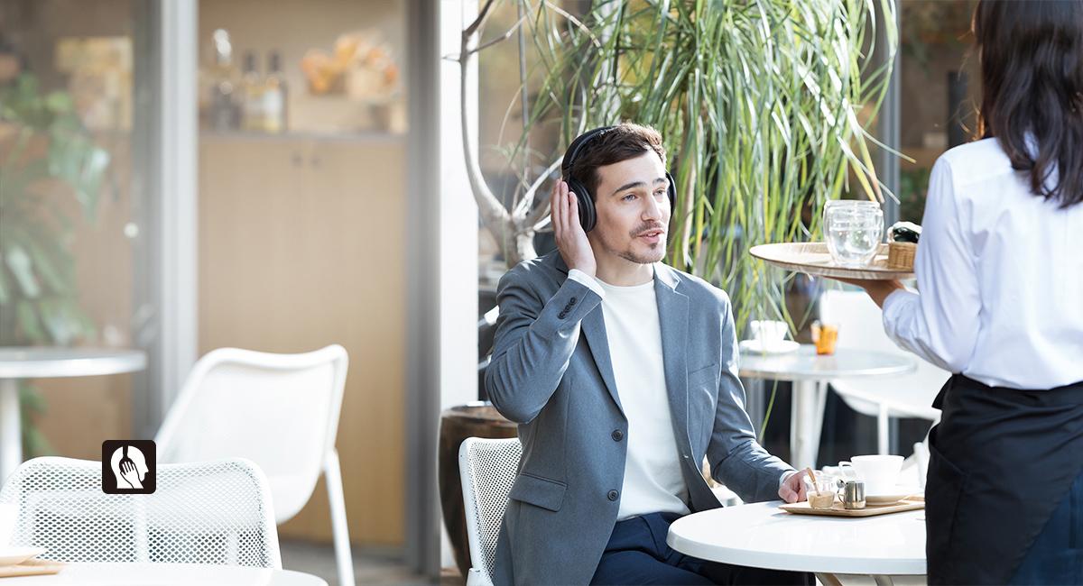 Vnímejte okolní zvuky i se sluchátky na uších