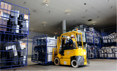 Photo: End-of-life home appliances delivered to PETEC. End-of-life home appliances delivered by forklift are carried into the PETEC warehouse.