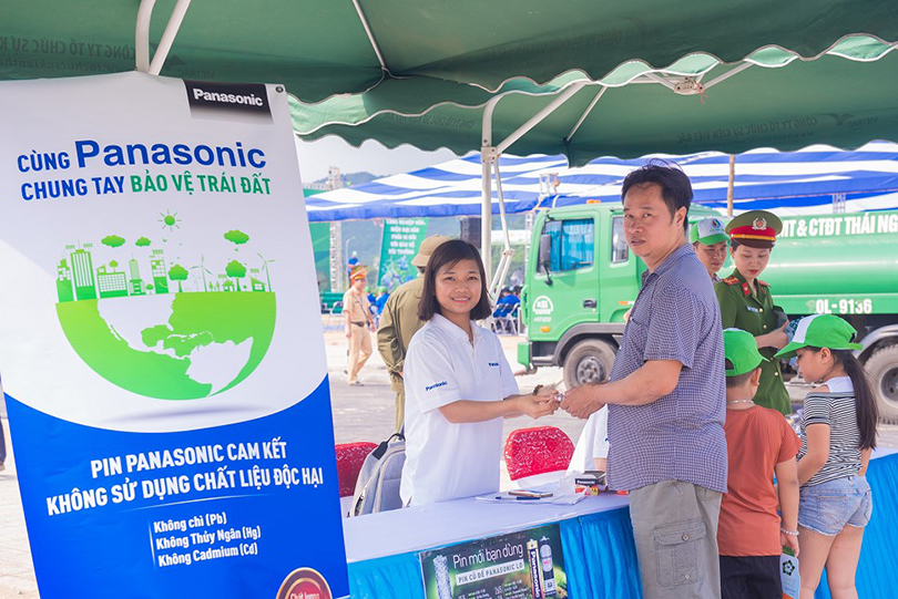 Thai Nguyen people exchanging Panasonic eco-battery