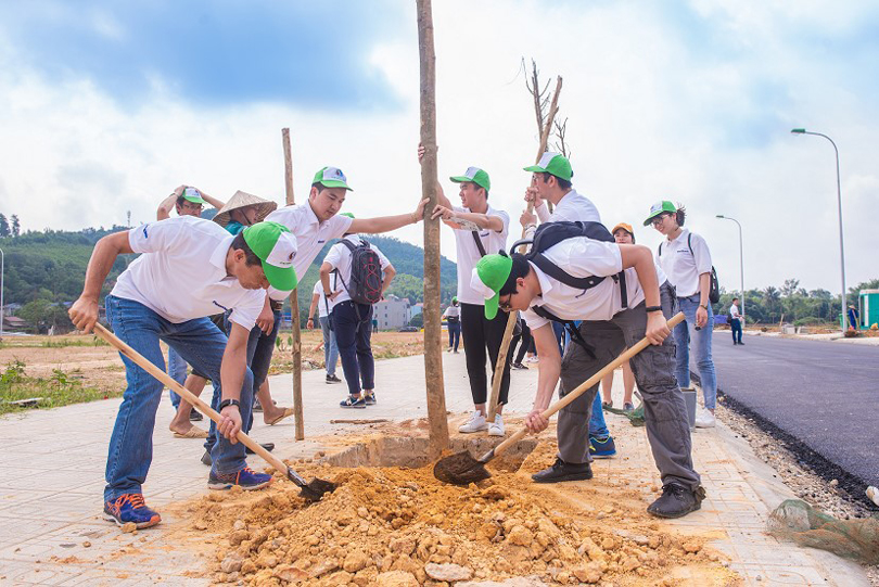 Panasonic Vietnam Group members planting nearly 300 golden-oaks for people in Dong Hy district