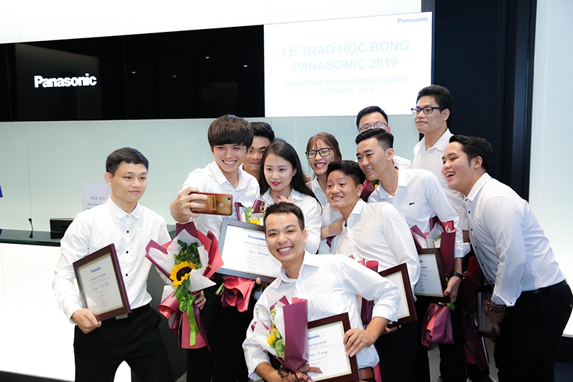 Panasonic presenting nearly 52 billion VND to Vietnamese students after 15 years
