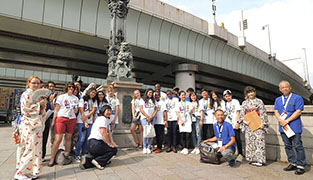 Photo: Taking a commemorative photograph on Nihonbashi bridge