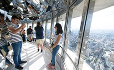 Photo: Taking commemorative photos at the observation deck of Tokyo Tower