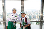 Photo: Indonesian kids taking a commemorative photo in Tokyo Tower