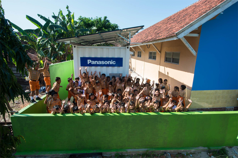 The students of an elementary school in the Karimunjawa islands with a Power Supply Container