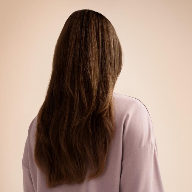 Omezuje poškozování vlasů v průběhu času
